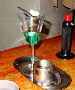 Glas med absint.