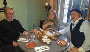 Christopher Rennie-Smith, Johanna Rindforth och Andrew Page drack prosecco medan de väntade på sitt te.