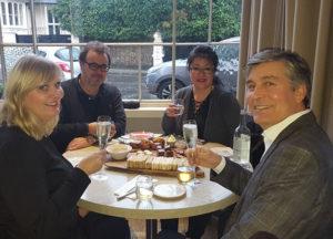 Karin Högman, Tony Lamb, Pernilla Iggström och Kenneth Högman fick också smutta på andra drycker i väntan på själva teet.